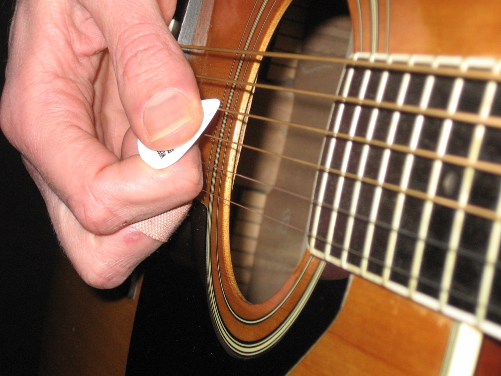 How To Strum A Guitar : guitar strumming lessons how to improve your guitar strum techniques by using the right pick angle ~ Russianpoet.info Haus und Dekorationen